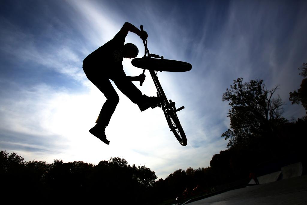 Fahrrad-Kunststücke in St. Joseph, Michigan USA  (AP Photo/The Herald-Palladium, Joe Rondone)