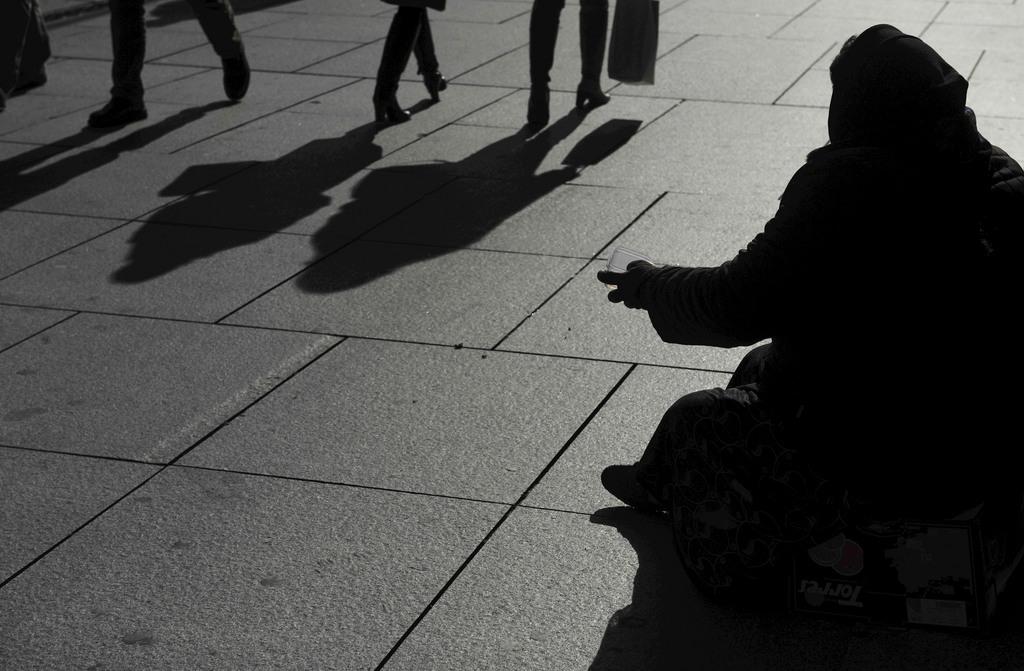Bettlerin in Pamplona, Spanien (Keystone/AP Photo/Alvaro Barrientos)