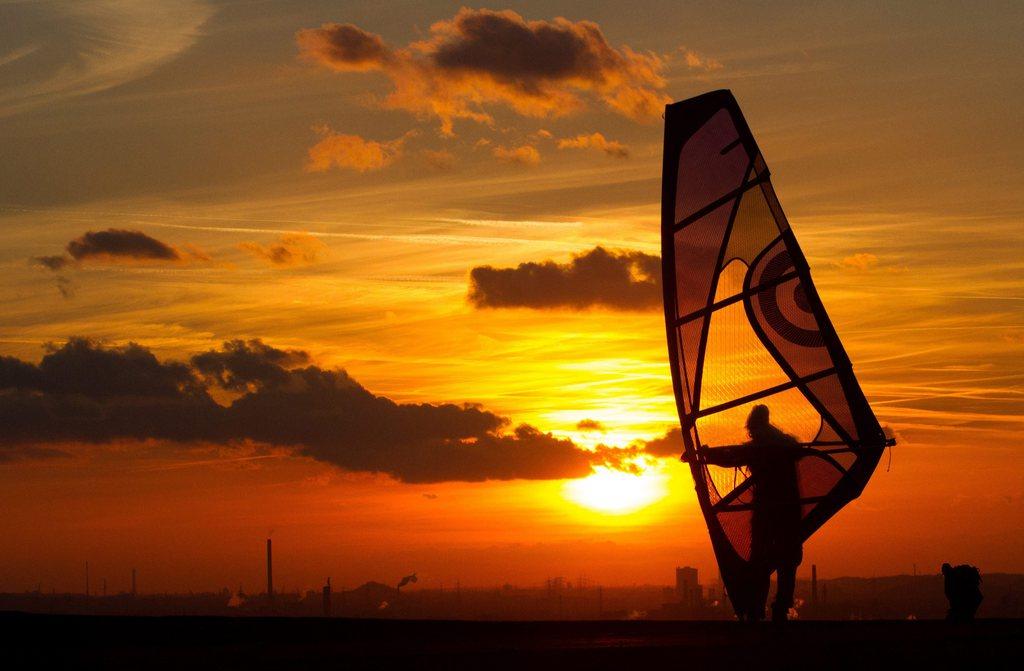 Surfen bei Sonnenuntergang bei Herten, Deutschland (Keystone/EPA/Marcel Kusch)