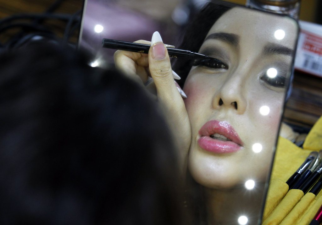 Backstage beim Miss International Queen 2013 in Pattaya, Thailand (Keystone/EPA/Narong Sangnak)