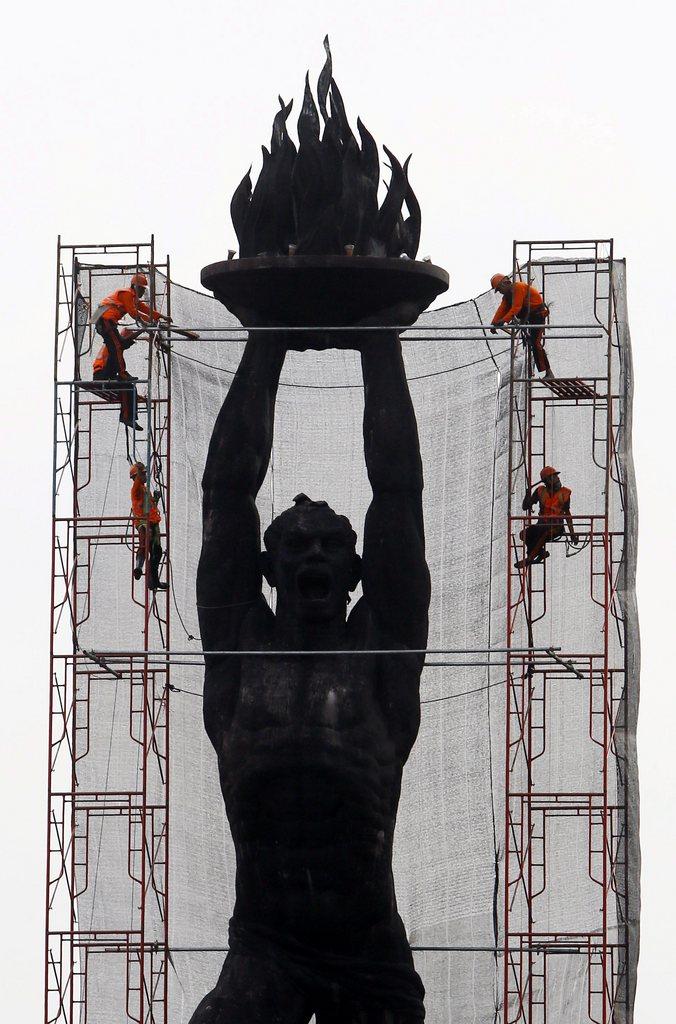 Bauarbeiten an einer Statue in Jakarta, Indonesien EPA/MAST IRHAM