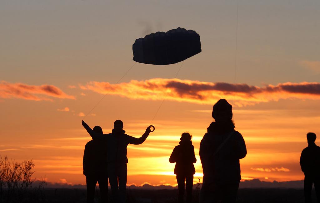 Drachenfliegen im Sonnenuntergang, nahe Leipzig D