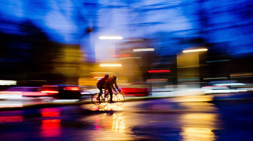 Bunte Abendlichter: Radfahrer im Regen in Hannover D EPA/JULIAN STRATENSCHULTE