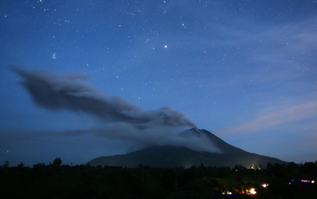 Vulkanausbruch auf Nord-Sumatra, Abendbild mit langer Belichtung (AP Photo/Binsar Bakkara)