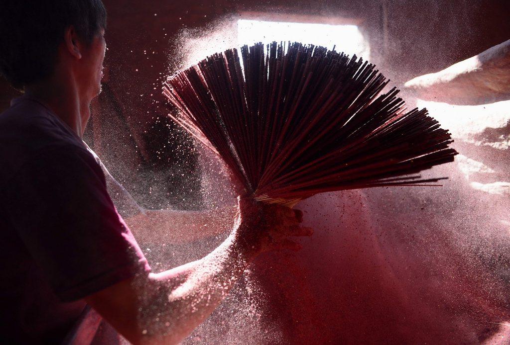 In der Räucherstäbchen-Fabrik in Dapu, China (Keystone/EPA/He Yuan)