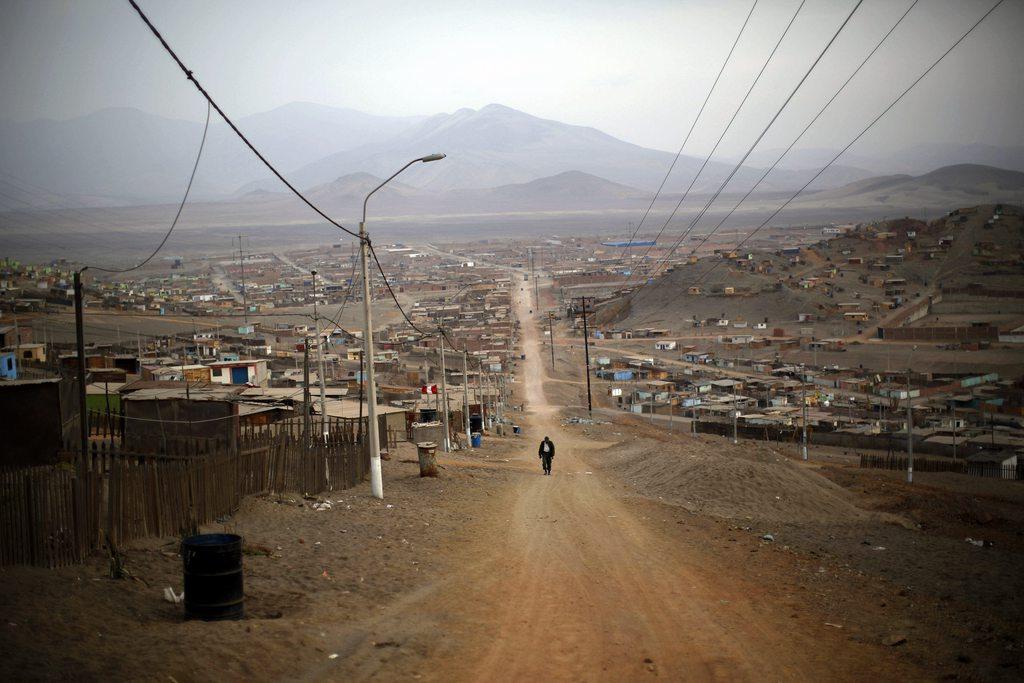 Auf dem Weg zur Arbeit in einem Außenbezirk von Lima, Peru (AP Photo/Rodrigo Abd)