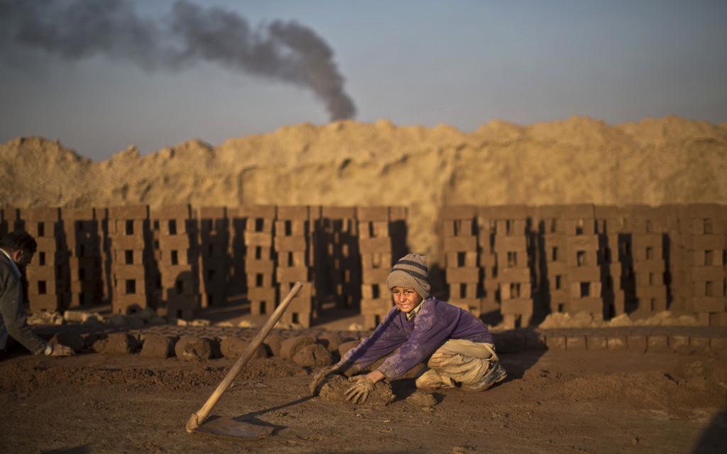 Kinderarbeit in einer Ziegelfabrik nahe Rawalpindi, Pakistan (AP Photo/Muhammed Muheisen)