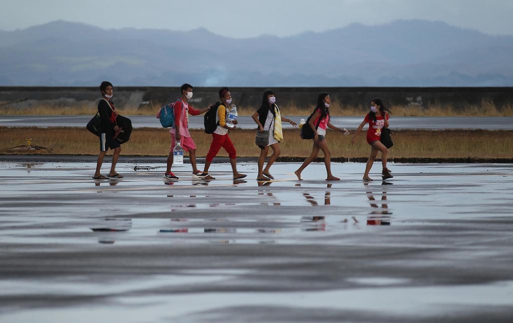 Taifun-Überlebende auf dem Flugpatz Tacloban, Philippinen (AP Photo/Wong Maye-E)