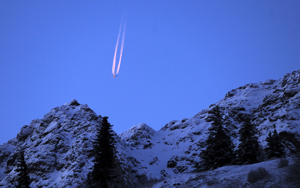 Blaues Abendlicht mit Flugzeug, Chugach Mountains nahe Anchorage, Alaska USA (AP Photo/Anchorage Daily News, Erik Hill)