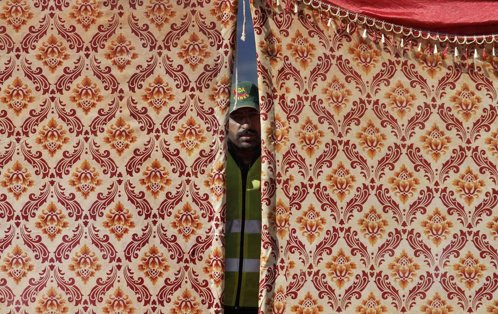 Ein Flüchtlingshelfer in Islamabad, Pakistan (Keystone/AP Photo/Anjum Naveed)
