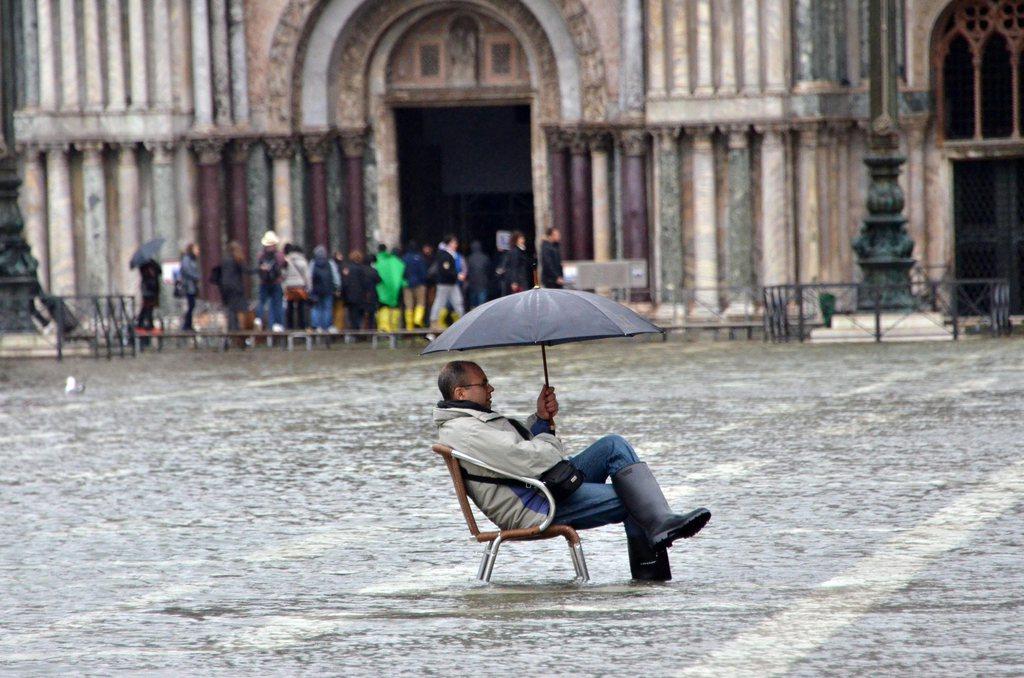 Ein Tourist trotzt dem Hochwasser in Venedig, Italien (Keystone/EPA/Andrea Merola)