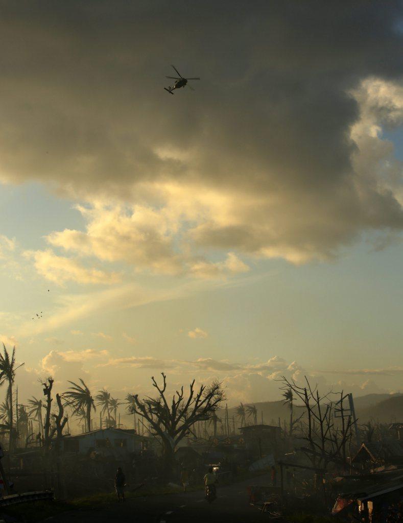 Landschaftsstimmung mit Hubschrauber nach dem Taifun, Philippinen EPA/FRANCIS R.  MALASIG