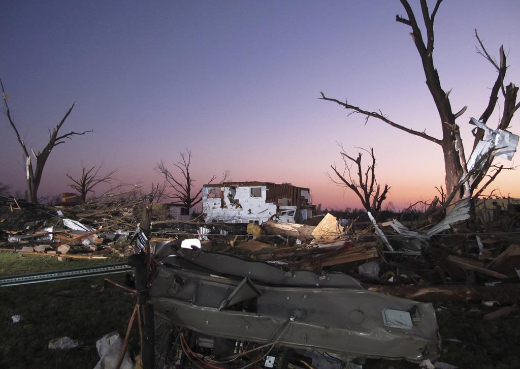 Zerstörte Landschaft nach Tornnado in Washington Ill. USA  (AP Photo/David Mercer)
