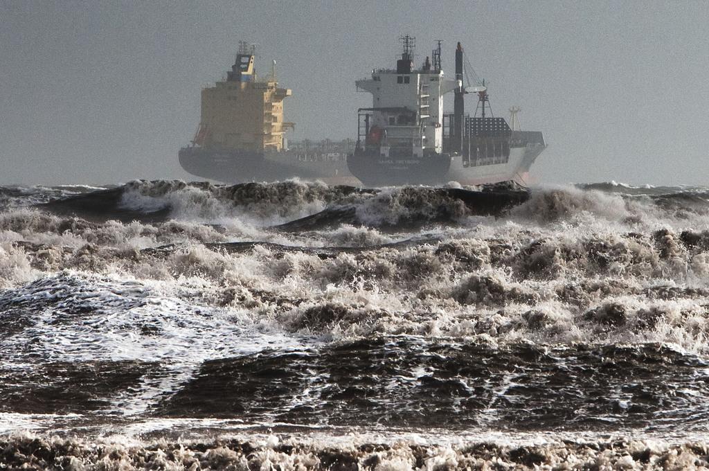 Zwei Tanker in Sturmwellen im Golf von Cagliari Sardinien  (AP Photo/Max Solinas)