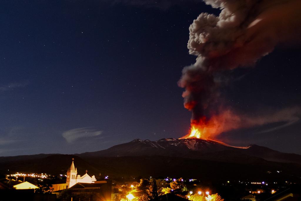 Der Ätna spuckt Feuer, nahe Catania Sizilien (AP Photo/Carmelo Imbesi)