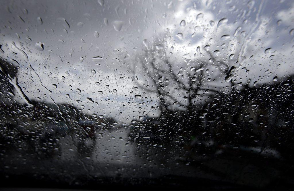 Regenschauer auf den Philippinen, gesehen durch ein Autofenster, Tacloban EPA/DENNIS M. SABANGAN