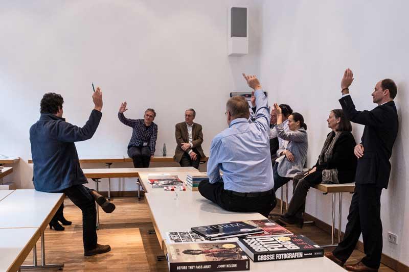 Deutscher Fotobuchpreis 2014: Die Jury bei der Abstimmung. Quelle: Deutscher Fotobuchpreis