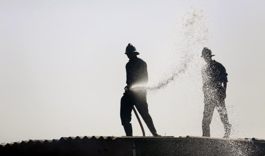 Feuerwehr bei der Arbeit in Mumbai, Indien (Keystone/AP Photo/ Rafiq Maqbool)
