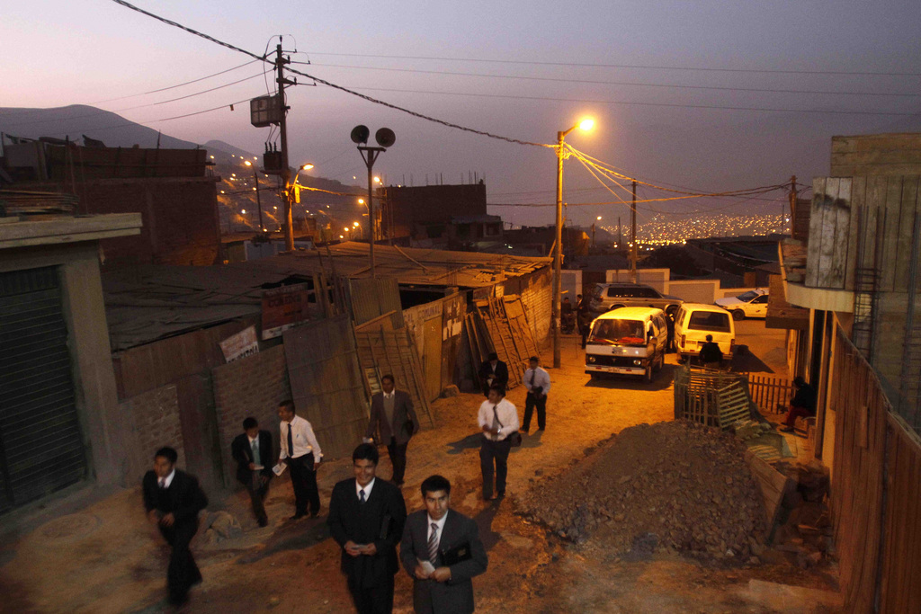 Evangelikale verteilen Traktate, Lima Peru (AP Photo/Karel Navarro)
