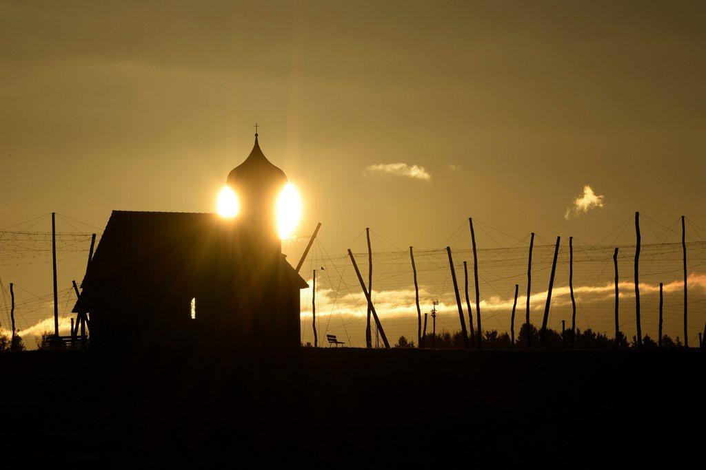 Sonnenaufgang über Kapelle und Hopfengarten, Dietmannsweiler D  EPA/FELIX KAESTLE