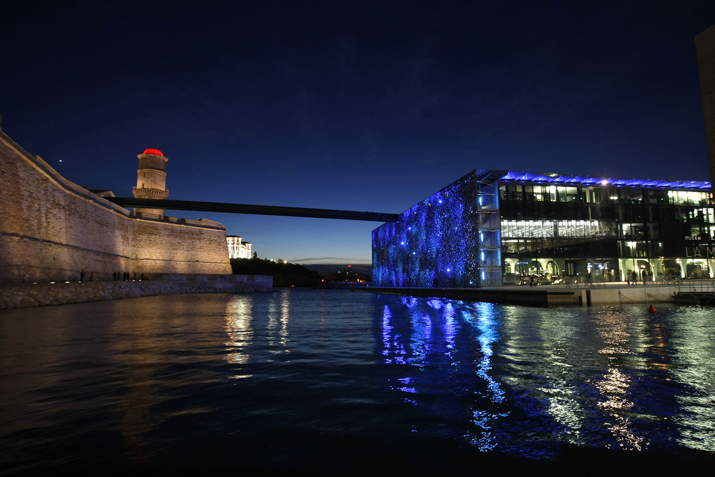 Blick auf den nächtlichen Hafen von Marseille, AP Photo/Claude Paris)
