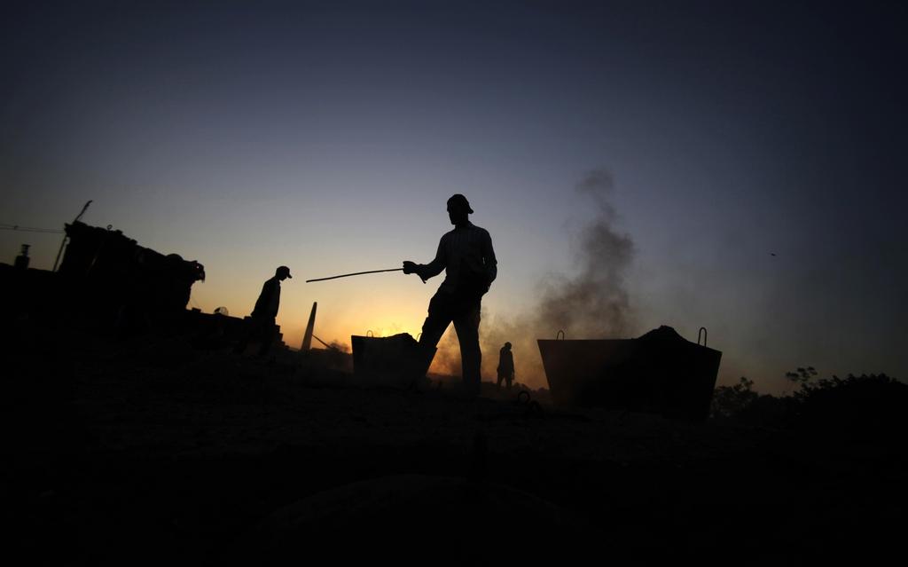 Arbeiten in einer Ziegelfabrik außerhalb von Jammu Indien (AP Photo/Channi Anand)