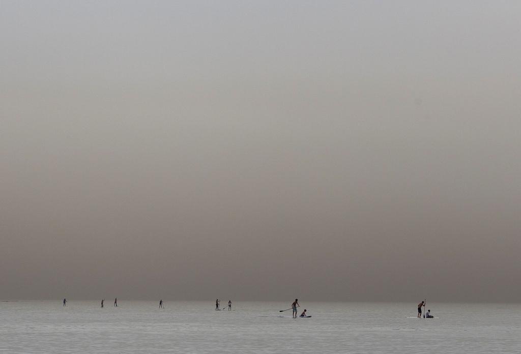Surfer nahe Tel Aviv Israel  (AP Photo/Ariel Schalit)