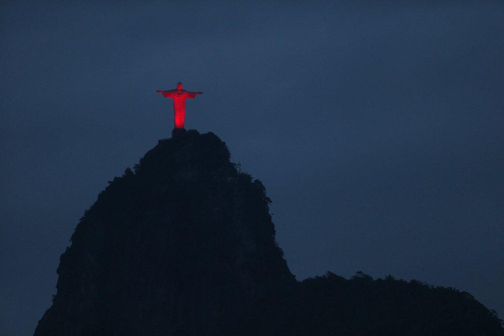 Christus-Statue - rot beleuchtet am Welt-Aids-Tag, Rio de Janeiro Brasilien  EPA/Marcelo Sayão