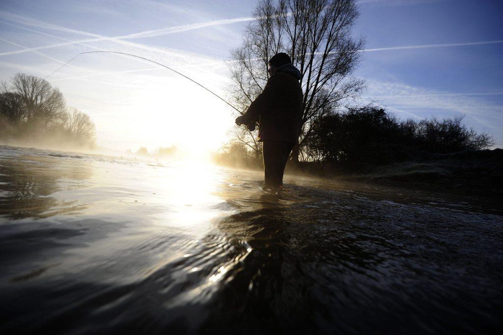 Angler gegen die Morgensonne am Fluss Leine nahe Neustadt am Rübenberge D EPA/ALEXANDER KOERNER