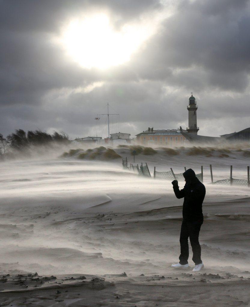 Sandsturm in Rostock-Warnemünde, Deutschland (Keystone/EPA/Bernd Wüstneck)