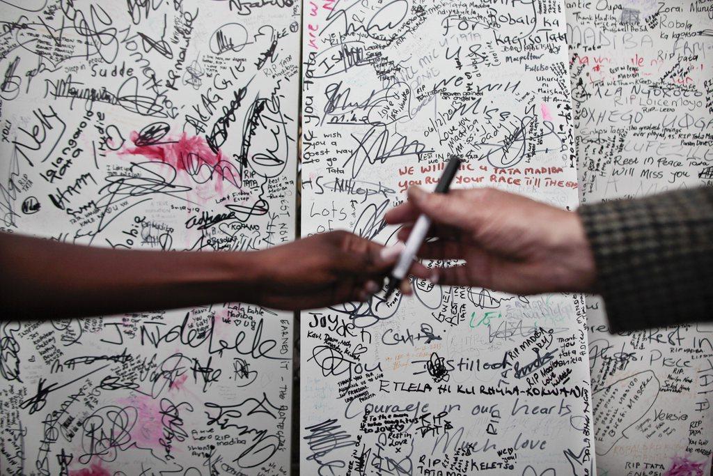Trauerbotschaften für Nelson Mandela in Johannesburg, Südafrika (Keystone/EPA/Dai Kurokawa)