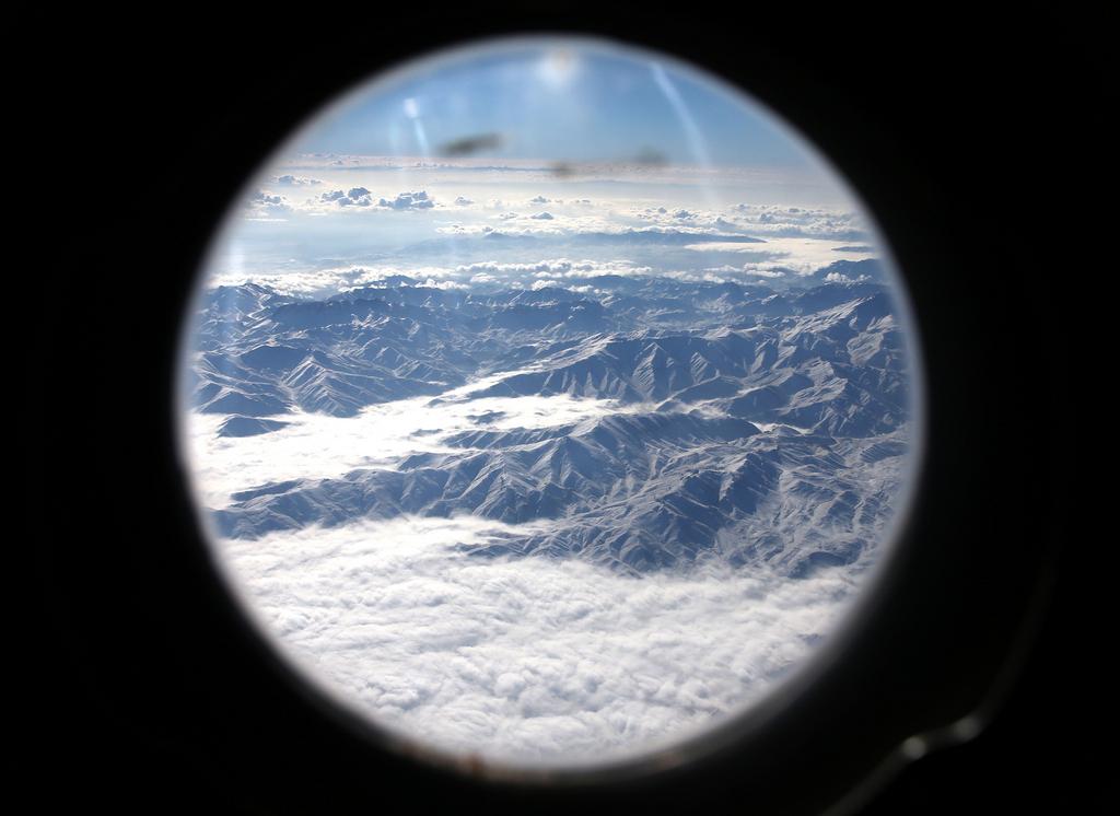 Blick auf afghanische Gebirge aus einem US-Militärflugzeug (AP Photo/Mark Wilson, Pool)