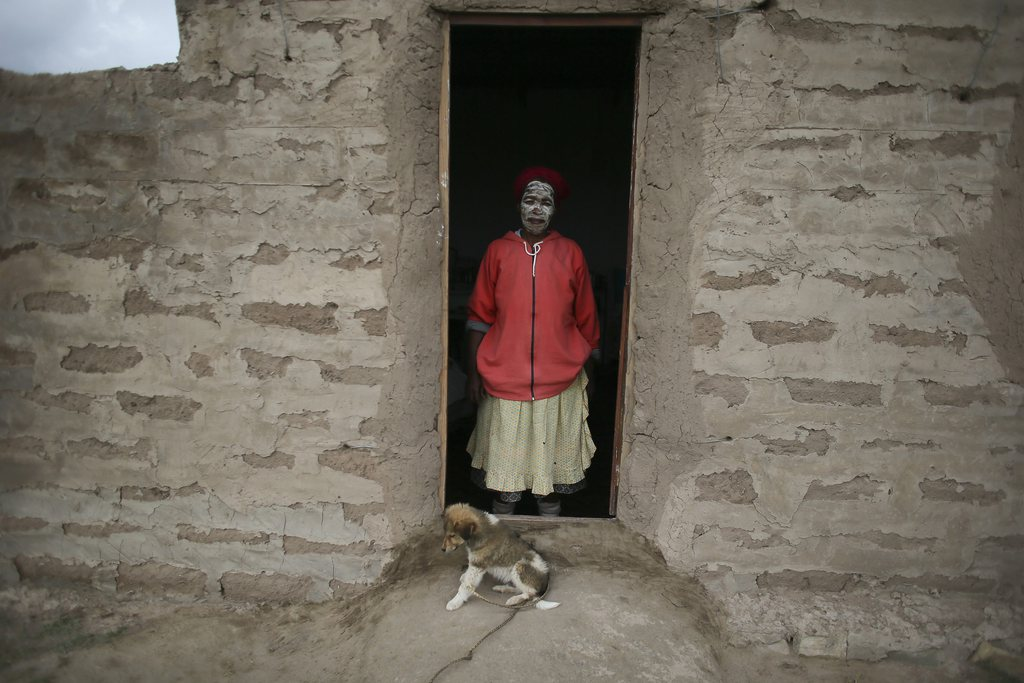 Porträt: um Nelson Mandela trauernde Frau, Qunu Südafrika EPA/NIC BOTHMA