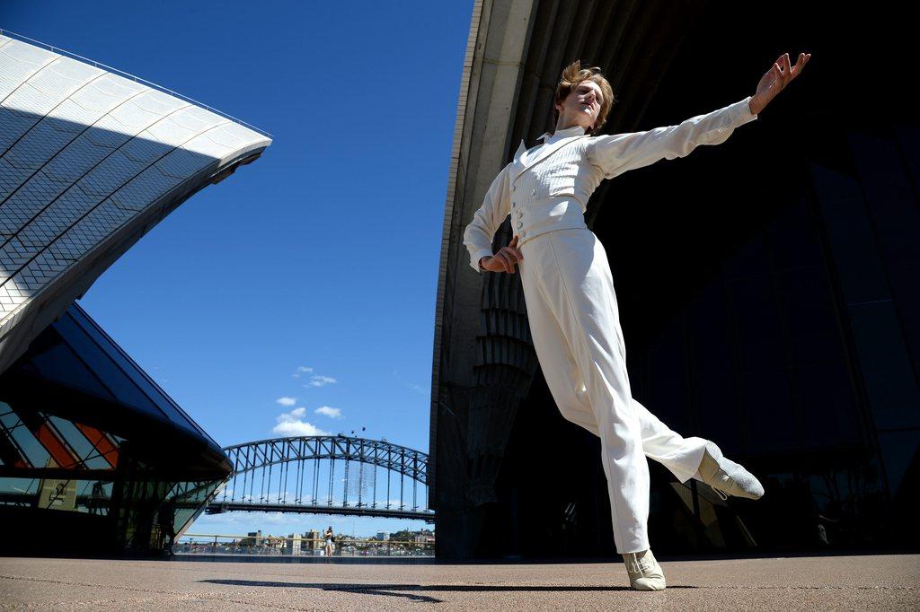 Der Tänzer David Hallberg vor dem Opernhaus in Sydney Australien EPA/DAN HIMBRECHTS