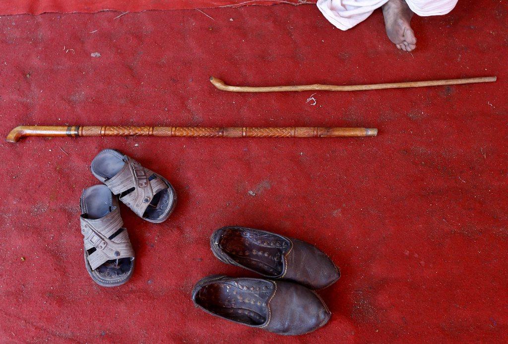 Abgelegte Schuhe und Stöcke in Neu Delhi Indien EPA/HARISH TYAGI