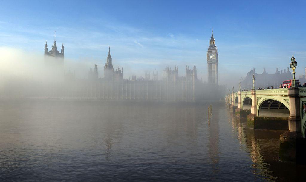 Nebel vor Westminster in London, Großbritannien (Keystone/AP Photo/Stefan Rousseau)