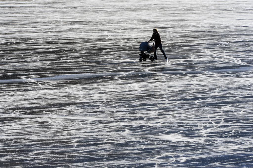 Eislaufen auf dem Silvaplanersee bei St. Moritz, Schweiz (Keystone/Urs Flueeler)
