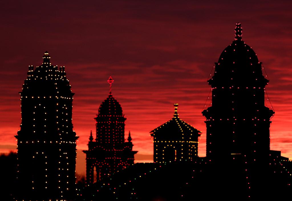 Weihnachtslichter bei Sonnenuntergang in Kansas City USA