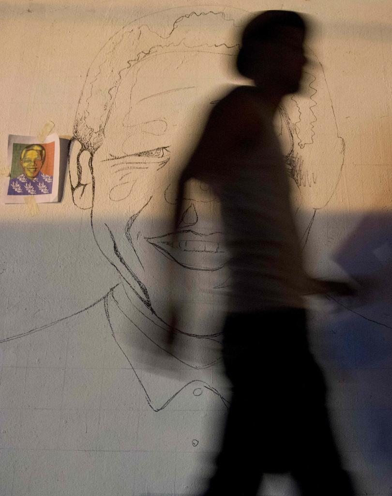 Schatten an der Wand mit Mandela-Porträt, Panama-Stadt (AP Photo/Arnulfo Franco)
