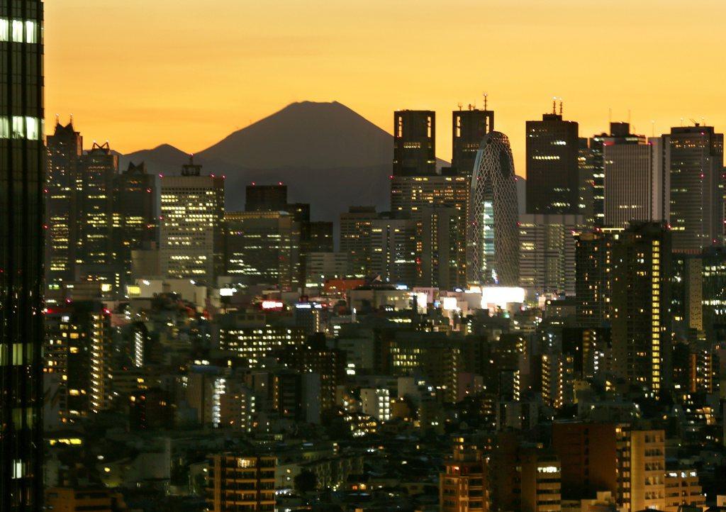 Der Fujijama von Tokio aus gesehen mit einem gelben Dämmerungshimmel, Japan EPA/KIMIMASA MAYAMA