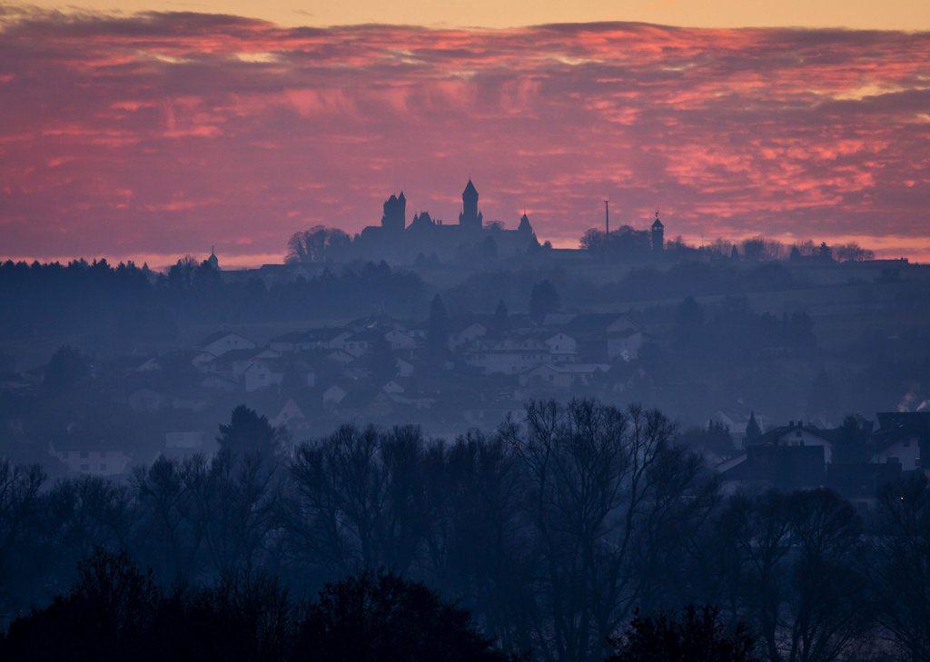 Winterlicher Abendhimmel über Schloss Braunfels D, EPA/FRANK RUMPENHORST