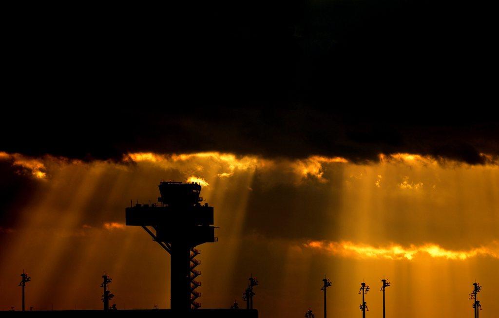 Dunkle Wolken über dem Flughafen Schönefeld in Berlin, Deutschland (Keystone/EPA/Ralf Hirschberger)