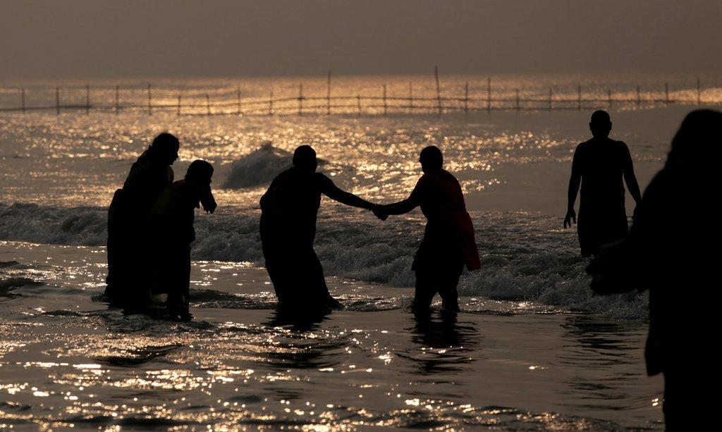 Heiliges Bad im Golf von Bengalen, südlich von Kalkutta Indien EPA/PIYAL ADHIKARY
