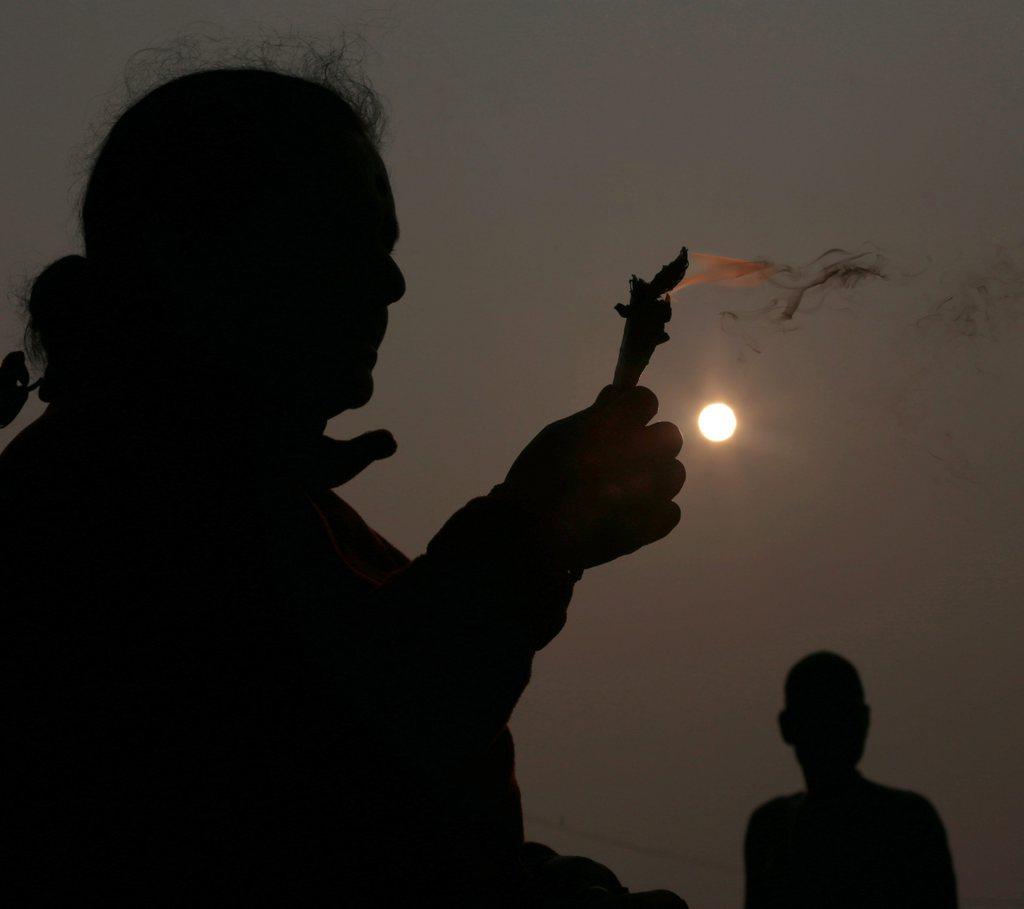 Gebet nach dem heiligen Bad, Golf von Bengalen, Indien EPA/PIYAL ADHIKARY