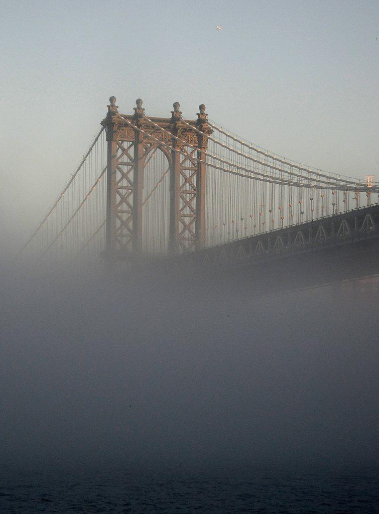 Die Manhattan Bridge im Nebel von New York, USA (Keystone/EPA/Andrew Gombert)