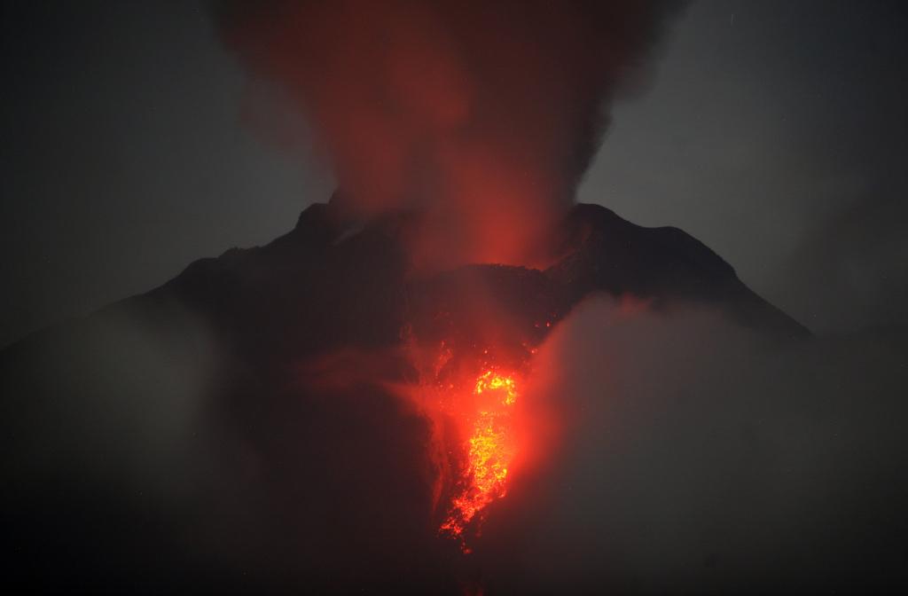 Der indonesische Vulkan Sinabung spuckt Feuer  (AP Photo/Binsar Bakkara)