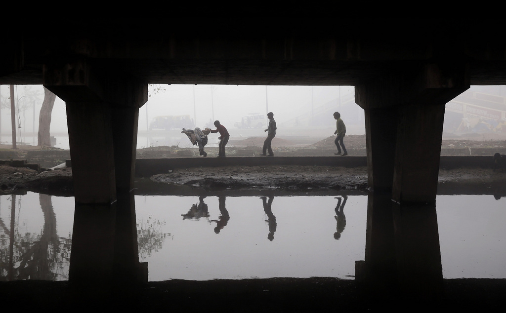 Kinder spielen an einem kalten Wintertag, Allahabad, Indien (AP Photo/Rajesh Kumar Singh)