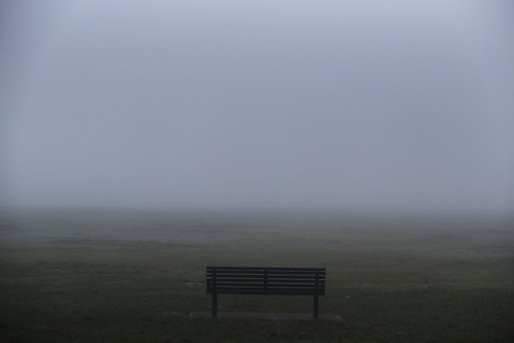 Bank und Nebel in einem Park in London, Großbritannien (AP Photo/Lefteris Pitarakis)
