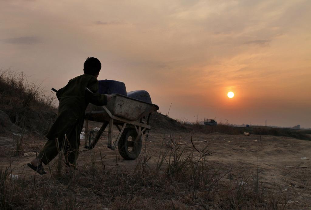 Ein Junge mit Trinkwasser im Schubkarren am Abend, nahe Islamabad Pakistan (AP Photo/Anjum Naveed)