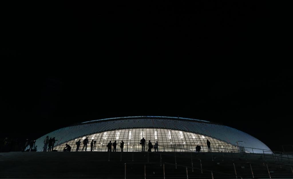 Dreimal Architekturstudien: Das Bolshoy-Eisstadion in Sotschi, Russland  (AP Photo/Ivan Sekretarev, Archiv)